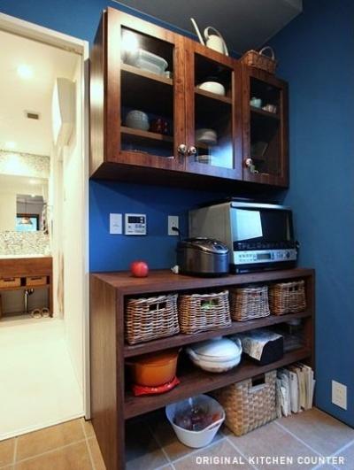 キッチン収納棚 (木枠の先にあるもの)