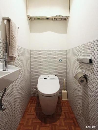 トイレ (木枠の先にあるもの)