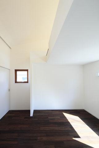 森を眺める黒い家の写真 寝室2
