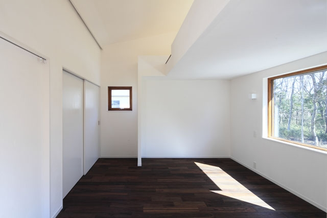 森を眺める黒い家の部屋 寝室1