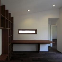 森を眺める黒い家 (家事室&家族室1)