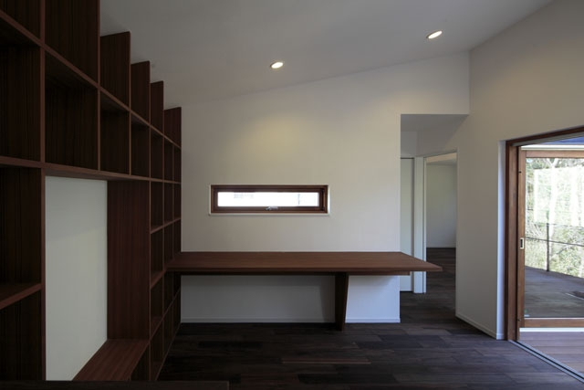 森を眺める黒い家の写真 家事室&家族室1