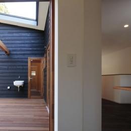 森を眺める黒い家 (中庭型バルコニー3)