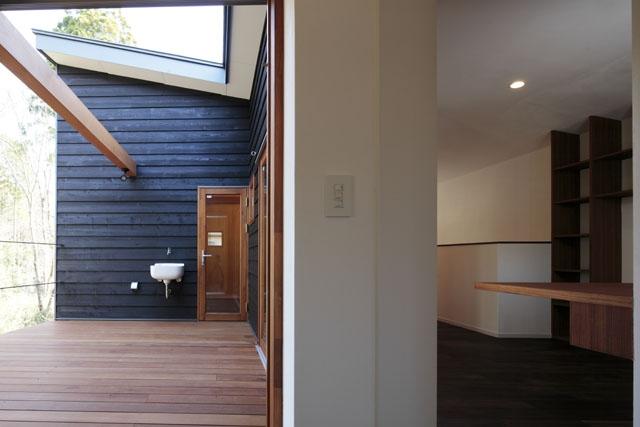 森を眺める黒い家の部屋 中庭型バルコニー3