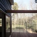 森を眺める黒い家の写真 中庭型バルコニー2