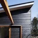 森を眺める黒い家の写真 中庭型バルコニー1