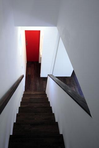 森を眺める黒い家の部屋 階段