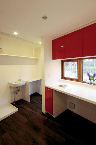 森を眺める黒い家の写真 家事室&キッチン2