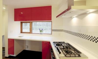 森を眺める黒い家 (家事室&キッチン1)