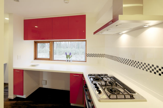 森を眺める黒い家の部屋 家事室&キッチン1