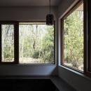 森を眺める黒い家の写真 リビングダイニング5