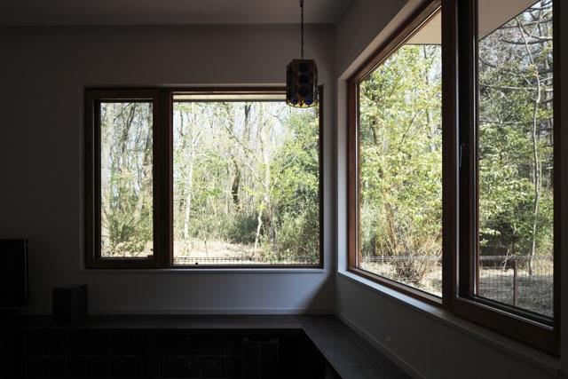 森を眺める黒い家の部屋 リビングダイニング5