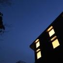 森を眺める黒い家の写真 外観(夜)4