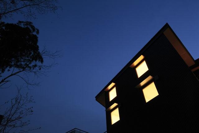 森を眺める黒い家の部屋 外観(夜)4