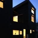 森を眺める黒い家の写真 外観(夜)3