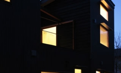 森を眺める黒い家 (外観(夜)3)