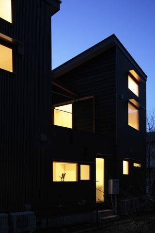 森を眺める黒い家の部屋 外観(夜)3