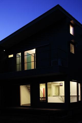 森を眺める黒い家の写真 外観(夜)2
