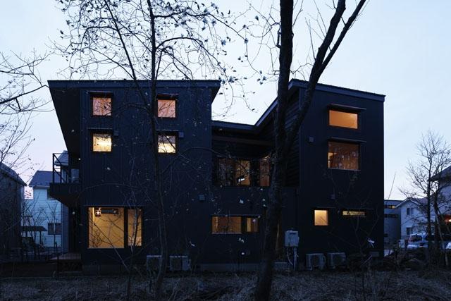 森を眺める黒い家の部屋 外観(夜)1