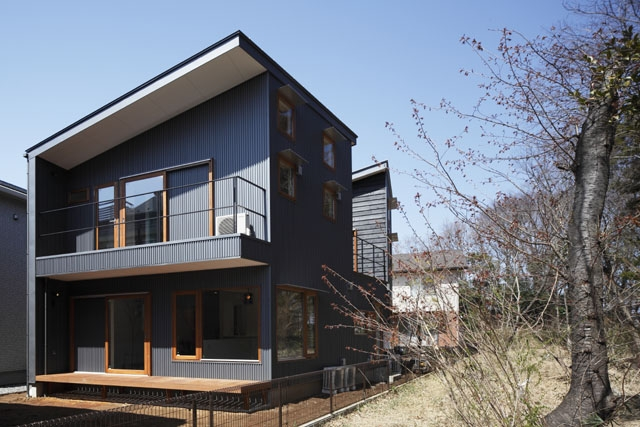 森を眺める黒い家の写真 外観(昼)3