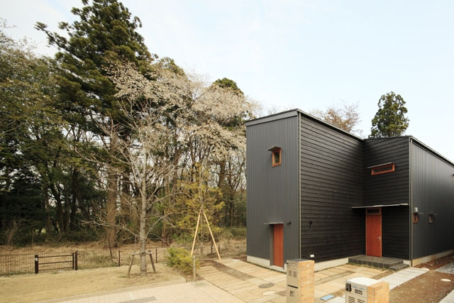 森を眺める黒い家の写真 外観(昼)2