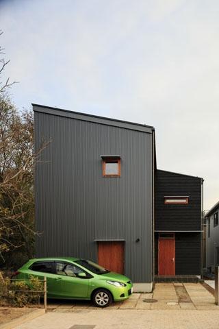 森を眺める黒い家 (外観(昼)1)