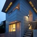「桜上水の家」トンガリ屋根の木造3階建て住宅の写真 外観夜景