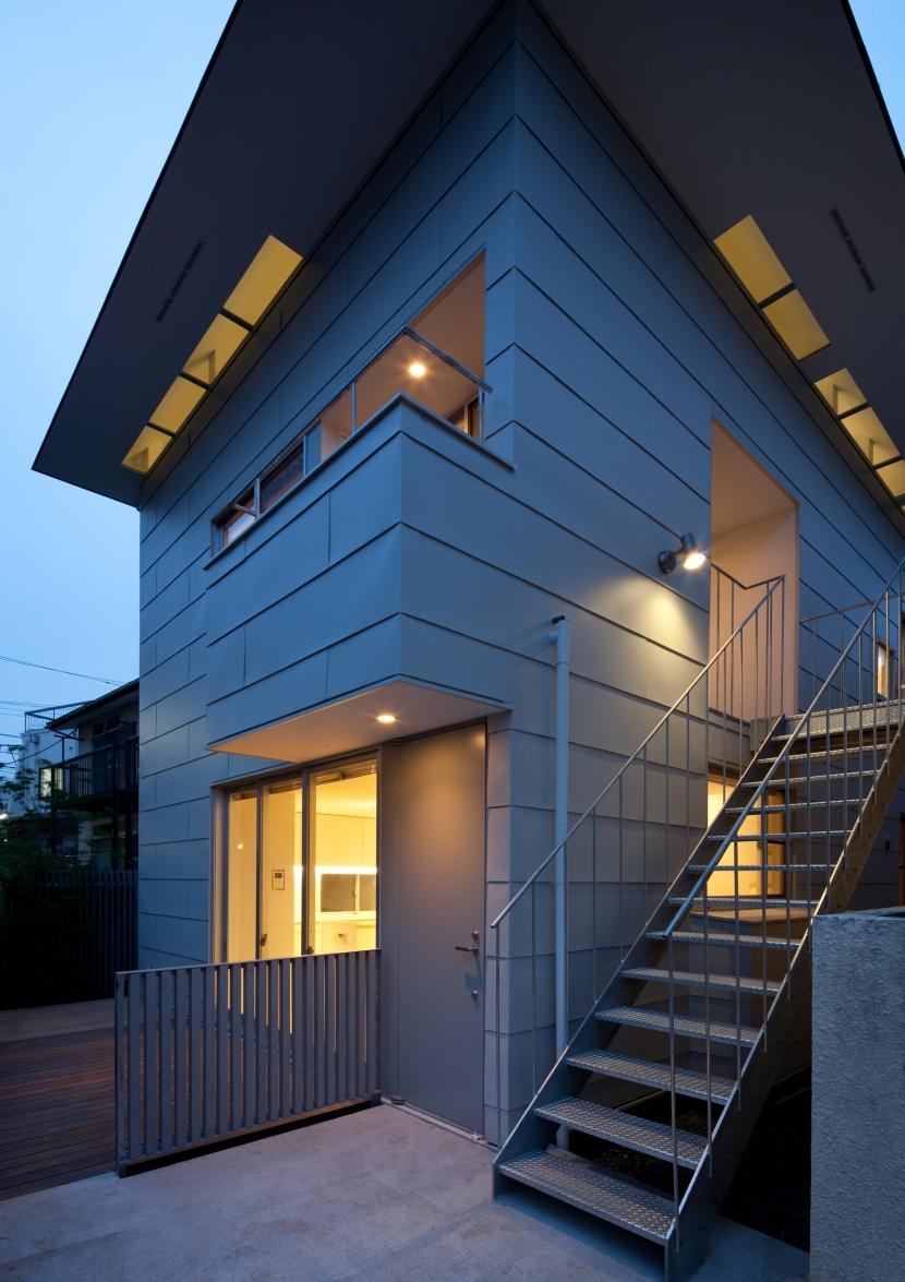 「桜上水の家」トンガリ屋根の木造3階建て住宅 (外観夜景)