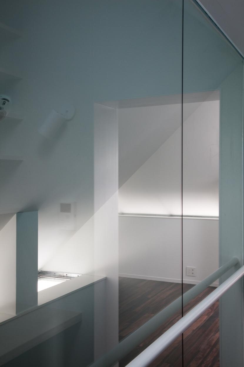 「桜上水の家」トンガリ屋根の木造3階建て住宅 (3階階段室から子供室を見る)