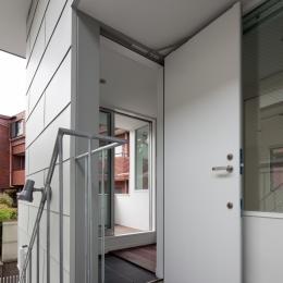 「桜上水の家」トンガリ屋根の木造3階建て住宅 (2階エントランス)