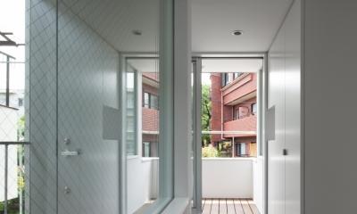 「桜上水の家」トンガリ屋根の木造3階建て住宅 (2階廊下よりエントランスを見る)