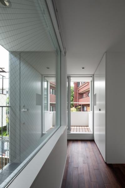 2階廊下よりエントランスを見る (「桜上水の家」トンガリ屋根の木造3階建て住宅)