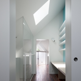 「桜上水の家」トンガリ屋根の木造3階建て住宅 (3階書斎よりリビングを見る)