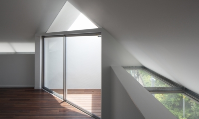 「桜上水の家」トンガリ屋根の木造3階建て住宅 (軒裏からの採光)