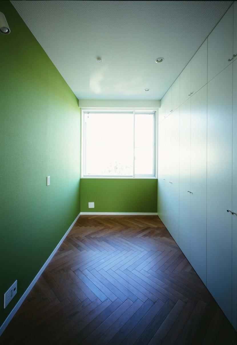 「H Residence」緑豊かな庭に囲まれたRC造の邸宅の部屋 子供室