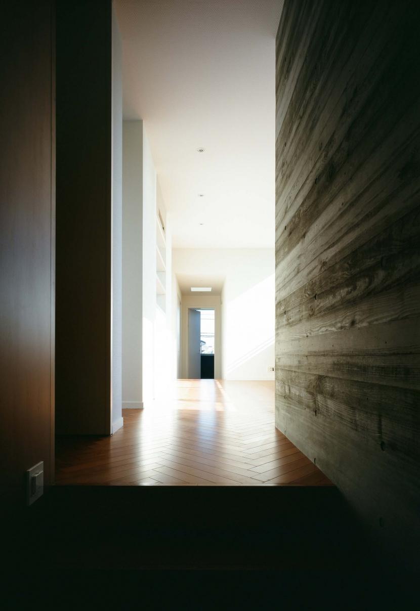 「H Residence」緑豊かな庭に囲まれたRC造の邸宅の部屋 階段よりホールを見る