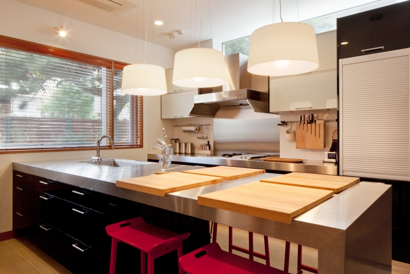 「H Residence」緑豊かな庭に囲まれたRC造の邸宅の部屋 キッチン