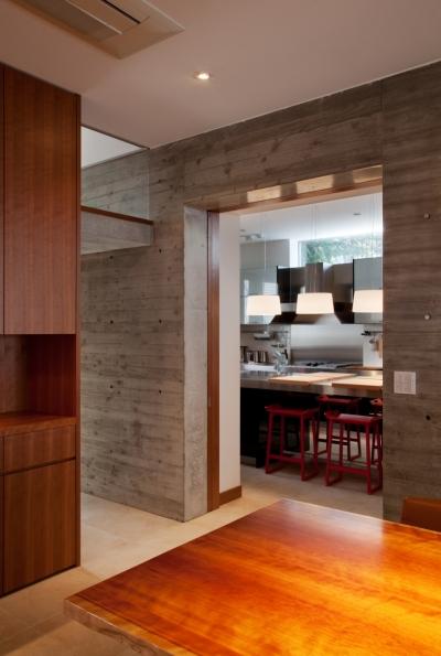 食堂よりキッチンを見る (「H Residence」緑豊かな庭に囲まれたRC造の邸宅)