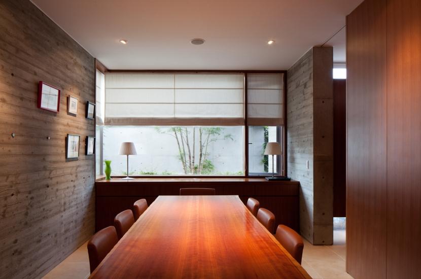 「H Residence」緑豊かな庭に囲まれたRC造の邸宅の部屋 食堂