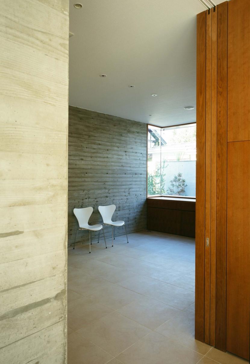 「H Residence」緑豊かな庭に囲まれたRC造の邸宅の部屋 リビングより食堂を見る