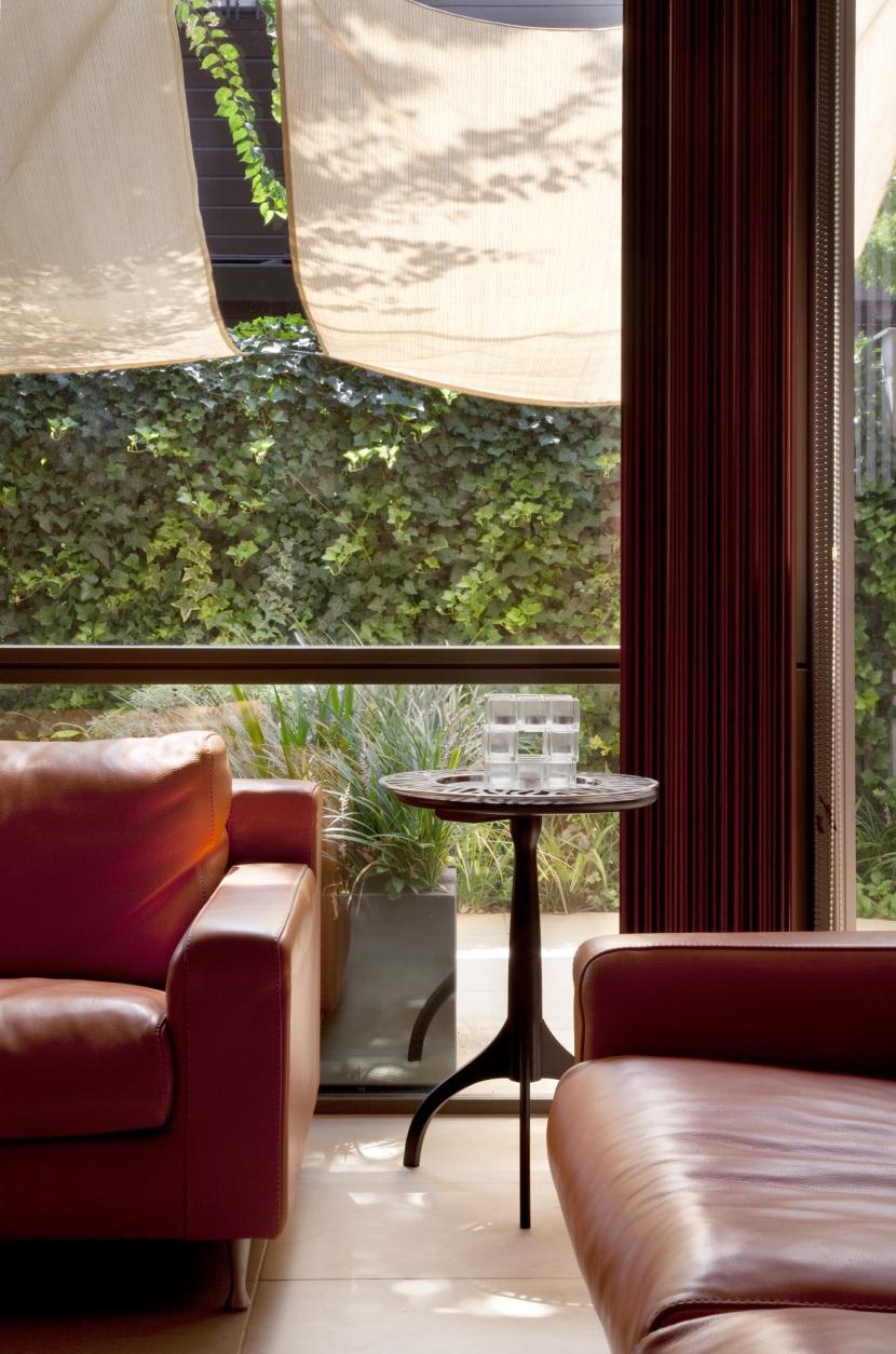 「H Residence」緑豊かな庭に囲まれたRC造の邸宅の部屋 リビングより庭を見る