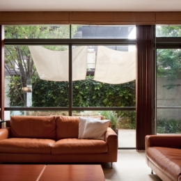 「H Residence」緑豊かな庭に囲まれたRC造の邸宅 (リビング)