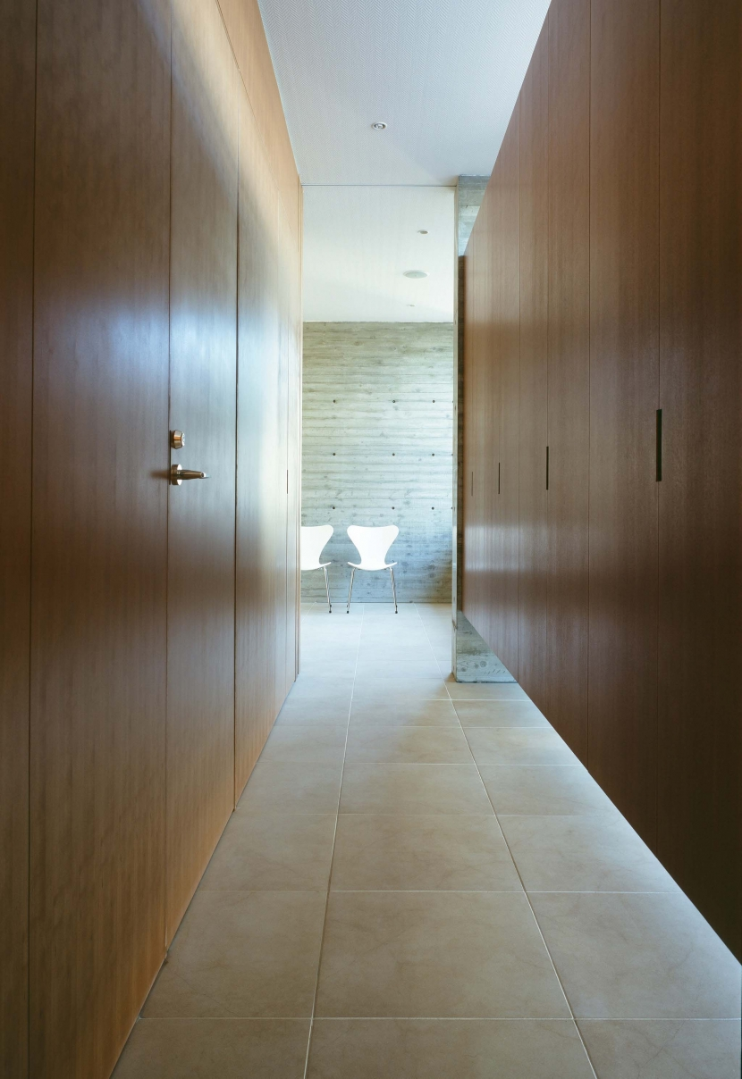 「H Residence」緑豊かな庭に囲まれたRC造の邸宅の部屋 玄関より食堂方向を見る