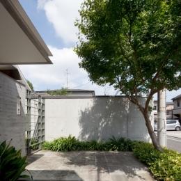 「H Residence」緑豊かな庭に囲まれたRC造の邸宅 (エントランスポーチ)