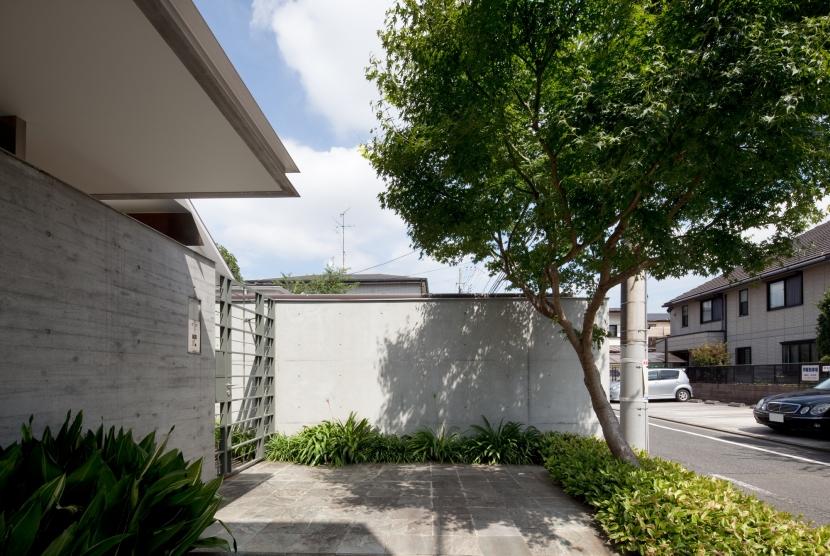 「H Residence」緑豊かな庭に囲まれたRC造の邸宅の部屋 エントランスポーチ