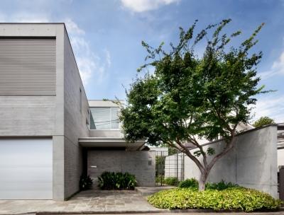 「H Residence」緑豊かな庭に囲まれたRC造の邸宅 (外観)