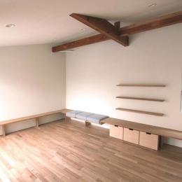 神奈川の家 (梁のある広々としたリビングスペース)