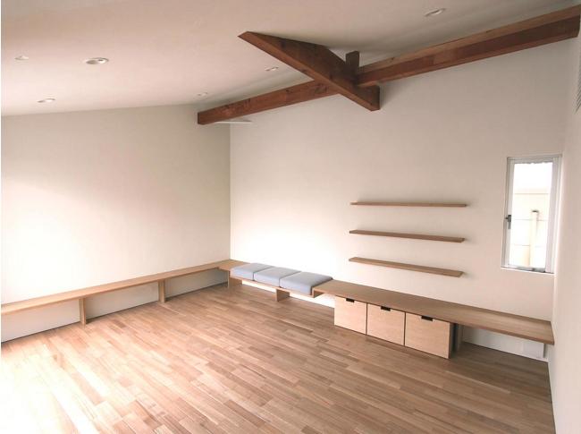 神奈川の家の部屋 梁のある広々としたリビングスペース