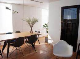 宮崎台のビンテージマンション1 (リビングダイニングスペースとアンティークの寝室ドア)