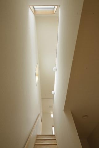 2つ屋根の家の部屋 階段吹抜け